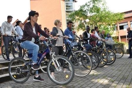 Gruppenbild der jugendlichen Fahrradfahrer von der Seite