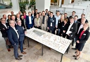 Stadtbaurätin Monika Thomas mit den Investoren und Architekten, die ihre Projekte im Hellwinkel realisieren dürfen, am Modell des neuen Quartiers